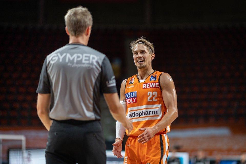 Tommy Klepeisz hat immer ein Lächeln auf den Lippen - auch im Dialog mit den Schiedsrichtern. Foto: Camera4
