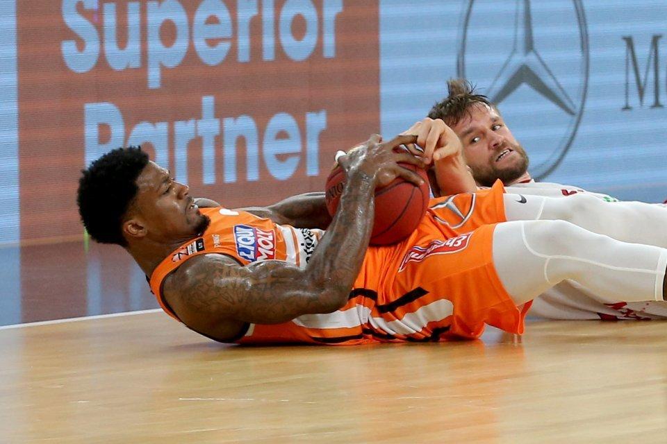 Patrick Miller kämpft mit Danilo Barthel um den Ball.  Foto: Harry Langer