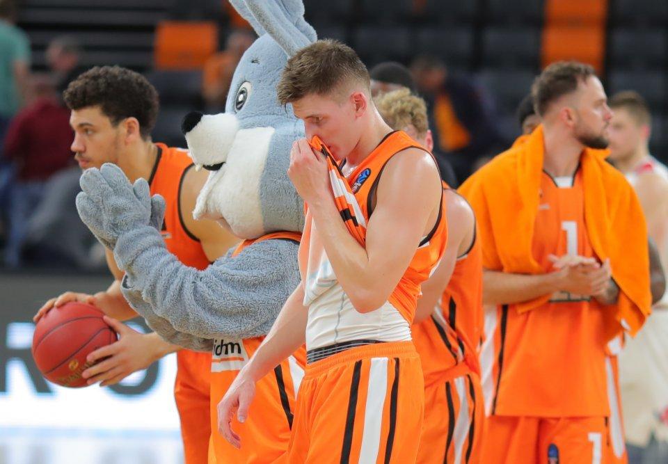 Müde und enttäuschte Ulmer nach der Niederlage.  Foto: Florian Achberger