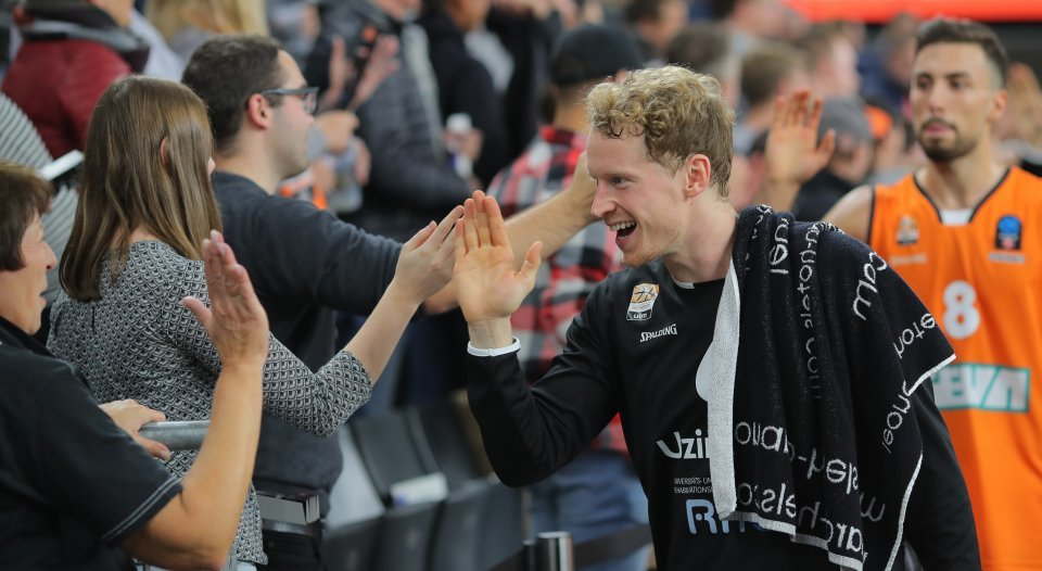 Hier verabschiedet sich Per Günther von den Fans - gegen Villeurbanne hast es vom EuroCup Abschied nehmen.  Foto: Florian Achberger