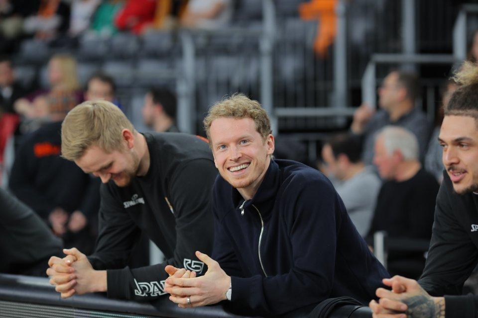 Per Günther genießt seinen 31. Geburtstag von der Bank aus.  Foto: Florian Achberger