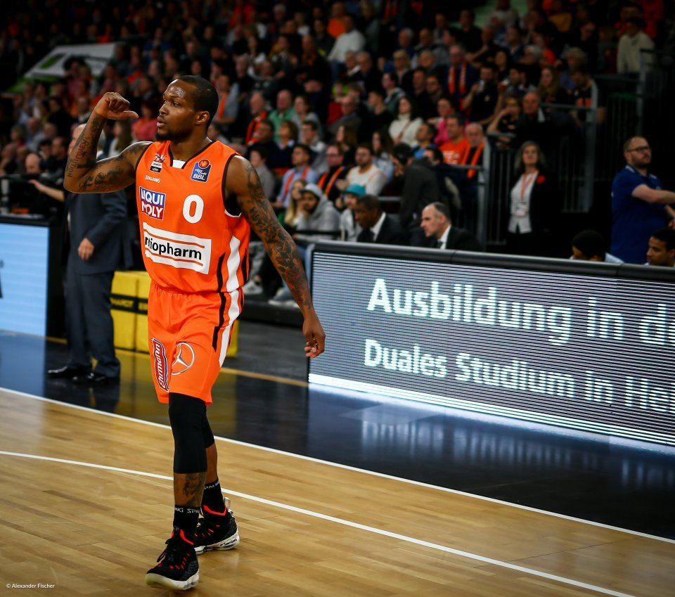 """I'm just happy to be here"", so James beim Spiel in der Ratiopharm Arena."