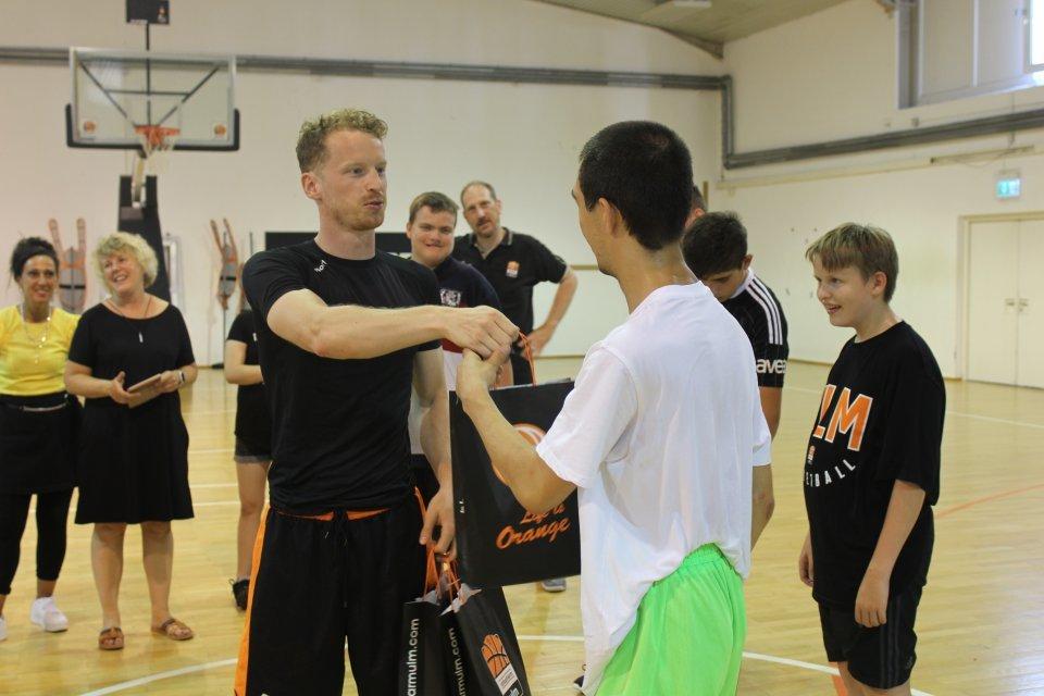 Per Günther überreicht die neuen Trainingsklamotten.  Foto: BBU '01