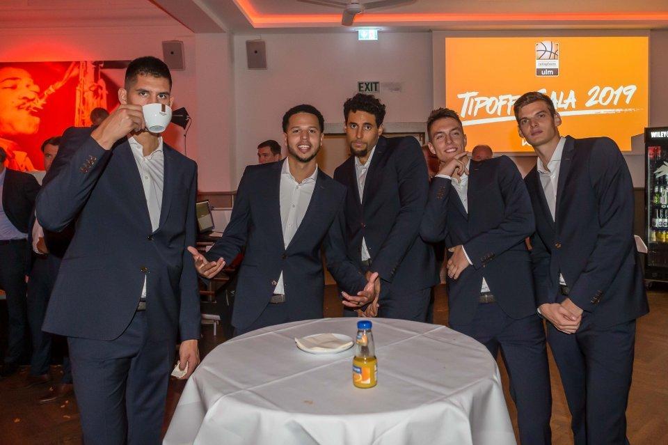 Tyler Harvey (2.v.l.) hat auf der Tipoff-Gala mit seinen neuen Teamkameraden viel Spaß Foto: Harry Langer
